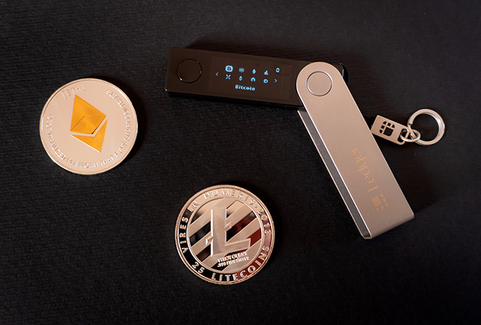 Cex wallet review: the Ledger Nano X and a few physical cryptocurrencies.